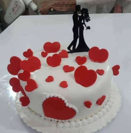 Decorating a romantic birthday cake 1 e1566499547362 - تزئینات عاشقانه تولد ، جشنی عاشقانه با تزئیناتی عاشقانه