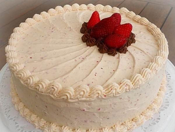 Decorate the cake with creamy 14 e1570467389548 - طرز تهیه ی خامه قنادی برای تزئین کیک های تولد و ...