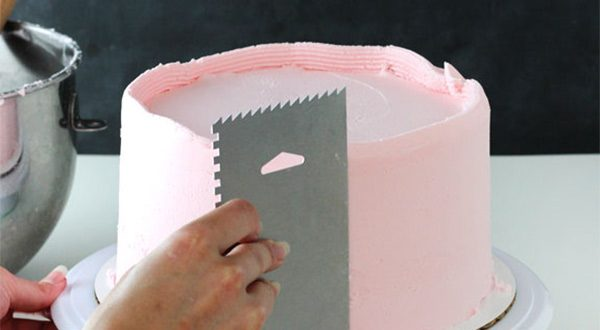 more smoothing 5 e1570466258124 - کیک تولد لایه ای ؛ کیکی دوست داشتنی برای تولدهای دوست داشتنی
